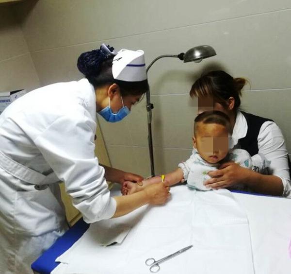 齐传荣护士长为1岁8个月儿童置管,标志我院PICC已非常成熟_副本.jpg